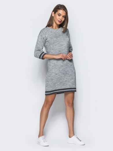 Серое вязаное платье с жемчугом и контрастными полосами - 15937, фото 2 – интернет-магазин Dressa