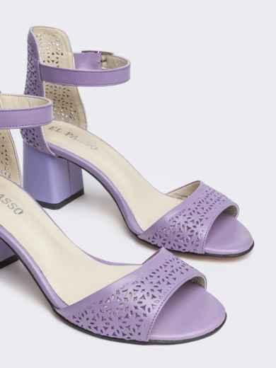 Сиреневые босоножки на устойчивом каблуке с перфорацией - 21436, фото 2 – интернет-магазин Dressa