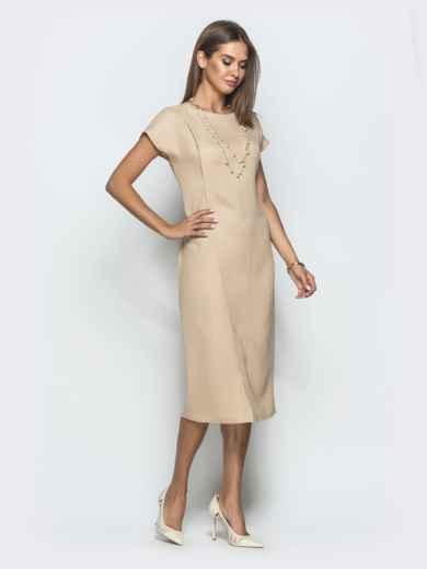 Платье бежевого цвета с V-вырезом по спинке - 39922, фото 2 – интернет-магазин Dressa