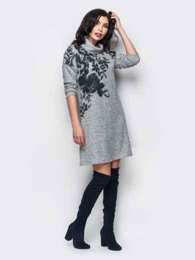 Трикотажное платье-гольф с цветочным принтом серое - 13158, фото 2 – интернет-магазин Dressa