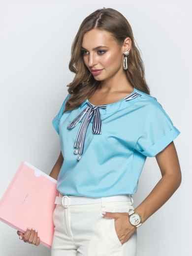 Голубая блузка прямого кроя с лентой по горловине - 39741, фото 2 – интернет-магазин Dressa