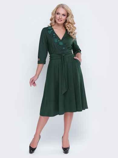 Зелёное платье с фиксированным запахом и расклешенной юбкой - 19121, фото 1 – интернет-магазин Dressa