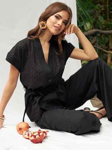 Брючный костюм черного цвета с блузкой из прошвы 53674, фото 1