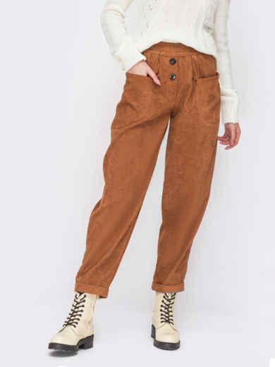 Вельветовые брюки оранжевого цвета с декоративными пуговицами 55192, фото 1