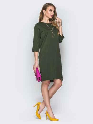 Платье цвета хаки свободного кроя с украшением в комплекте - 19542, фото 2 – интернет-магазин Dressa