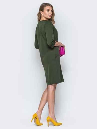 Платье цвета хаки свободного кроя с украшением в комплекте - 19542, фото 3 – интернет-магазин Dressa
