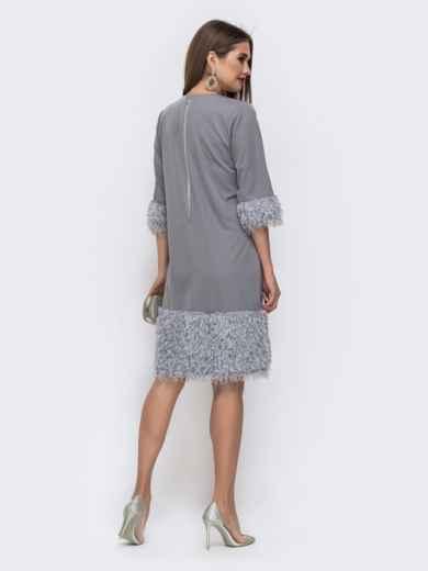 Серое платье со вставками из искусственных перьев по низу - 42667, фото 3 – интернет-магазин Dressa