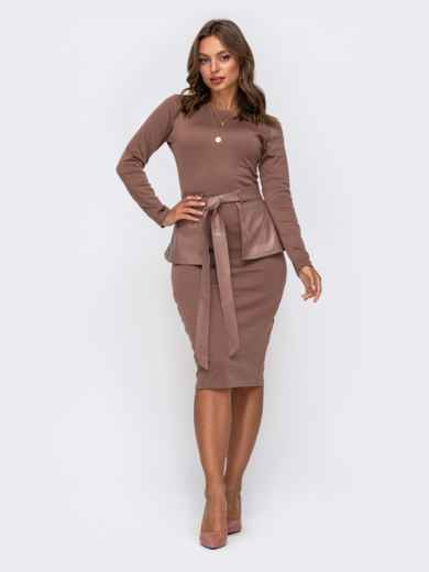 Платье-футляр бежевого цвета с баской из эко-кожи 50234, фото 1