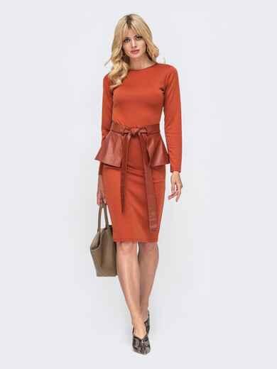 Платье-футляр терракотового цвета с баской из эко-кожи 50233, фото 1