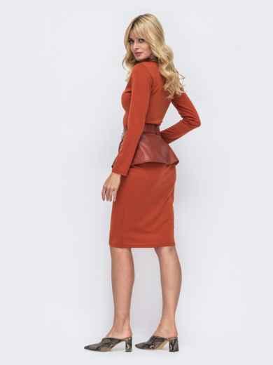 Платье-футляр терракотового цвета с баской из эко-кожи 50233, фото 2