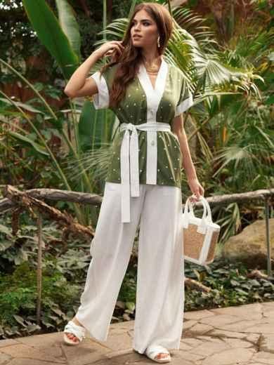 Брючный костюм белого цвета с зелёной блузкой в горох 53457, фото 1