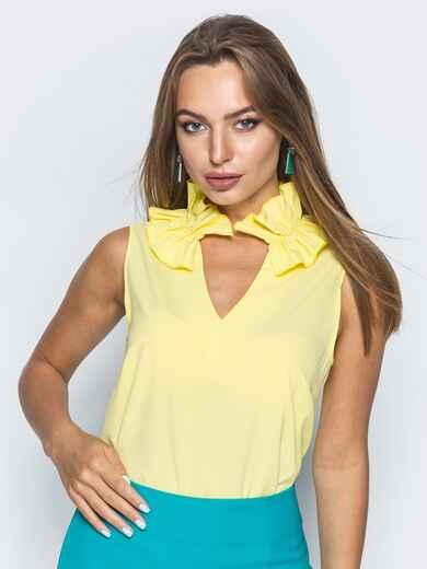 Желтая блузка с v-образным вырезом и оборкой на воротнике - 14312, фото 2 – интернет-магазин Dressa