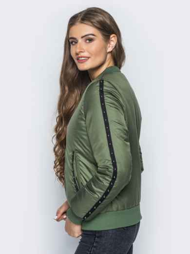 Демисезонная куртка цвета хаки с бусинами на рукавах и карманах - 14687, фото 2 – интернет-магазин Dressa