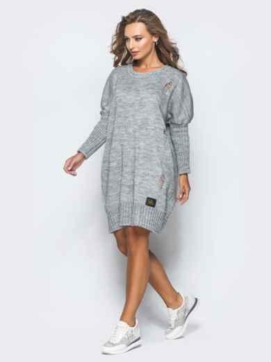 Серое вязаное платье с перфорацией и резинкой на рукавах - 17074, фото 3 – интернет-магазин Dressa
