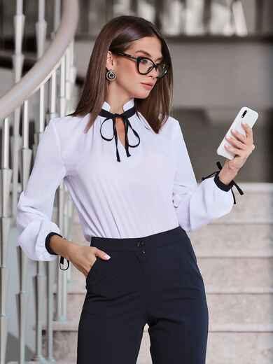 Белая блузка с контрастным воротником-стойкой на завязках - 40082, фото 1 – интернет-магазин Dressa