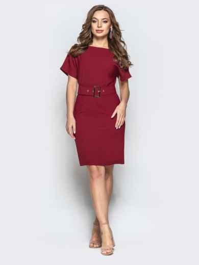 Приталенное платье с V-вырезом по спинке и поясом бордовое 21680, фото 1