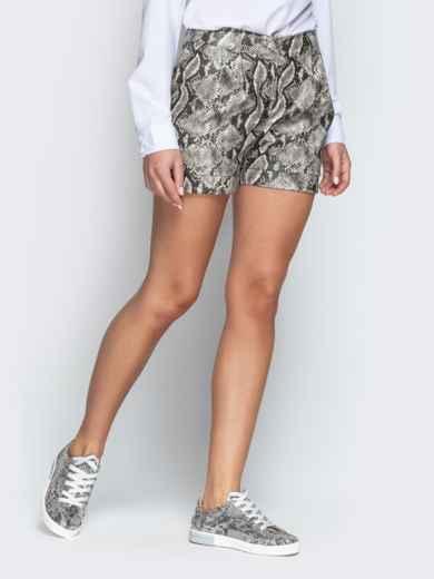 Серые шорты из кожзама со змеиным принтом - 21314, фото 2 – интернет-магазин Dressa