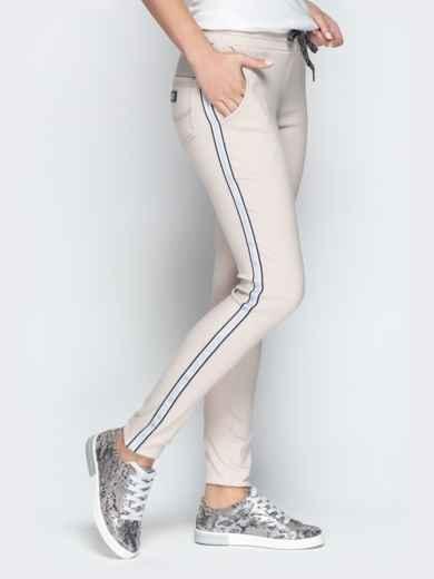 Бежевые брюки с резинкой по талии и контрастными лампасами - 21064, фото 2 – интернет-магазин Dressa