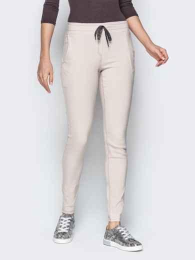 Бежевые брюки с резинкой по талии и прорезными карманами 21062, фото 3