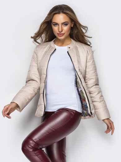 Демисезонная куртка бежевого цвета без воротника 15152, фото 1