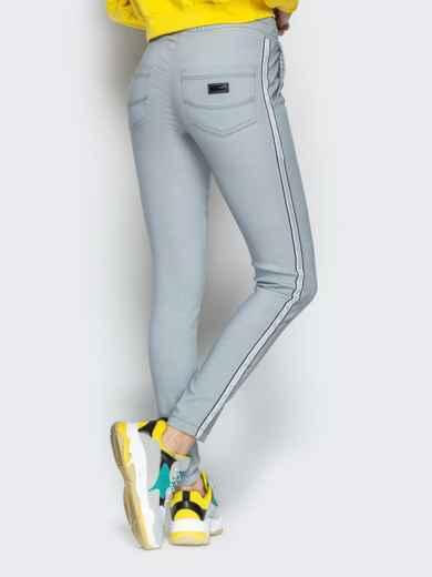 Серые брюки с резинкой по талии и контрастными лампасами 21063, фото 2