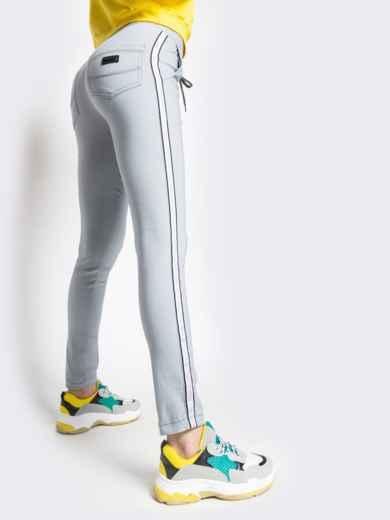 Серые брюки с резинкой по талии и контрастными лампасами 21063, фото 3