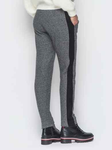 Серые жаккардовые брюки с замшевыми лампасами - 18879, фото 2 – интернет-магазин Dressa