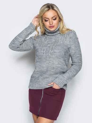 Серый свитер рельефной вязки с высоким воротником - 16020, фото 1 – интернет-магазин Dressa