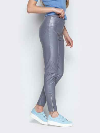 Серые брюки-дудочки из эко-кожи с завышенной талией - 20881, фото 2 – интернет-магазин Dressa