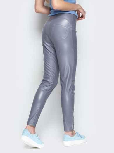 Серые брюки-дудочки из эко-кожи с завышенной талией - 20881, фото 3 – интернет-магазин Dressa