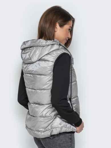 Серый жилет со вшитым капюшоном и удлиненной спинкой - 20315, фото 2 – интернет-магазин Dressa