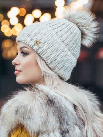 Зимняя шапка с бубоном бежевого цвета 50126, фото 2