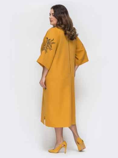 Свободное платье батал с вышивкой на рукавах желтое 45187, фото 2