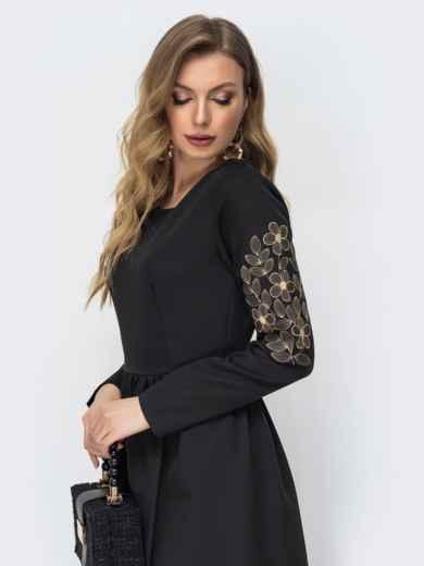 Чёрное платье-макси с вышивкой по рукаву 44872, фото 3