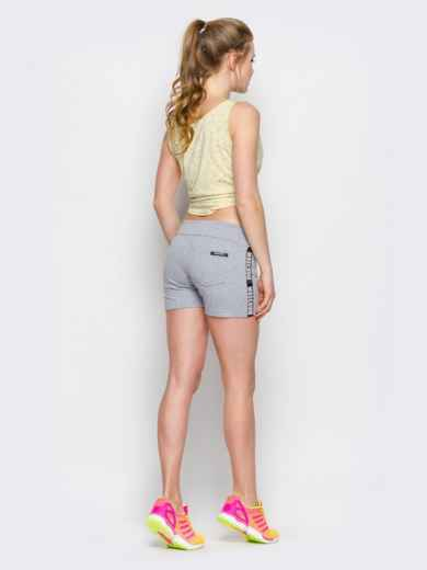 Серые шорты с надписью на лампасах - 12871, фото 2 – интернет-магазин Dressa