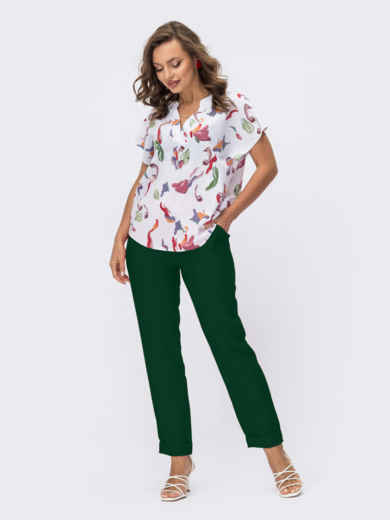 Зеленый брючный костюм с принтованной блузкой белого цвета 54838, фото 1