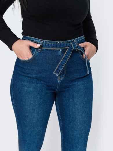 Синие джинсы-мом с поясом из основного материала - 41907, фото 3 – интернет-магазин Dressa