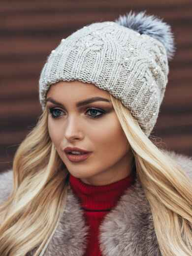 Светло-бежевая вязаная шапка с бусинами и бубоном - 15478, фото 2 – интернет-магазин Dressa