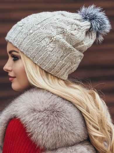 Светло-бежевая вязаная шапка с бусинами и бубоном - 15478, фото 3 – интернет-магазин Dressa