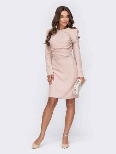 Пудровое платье с драпировкой и подплечниками 53163, фото 1