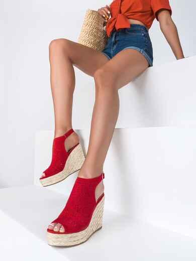 Красные босоножки из искусственной замши с перфорацией - 49677, фото 1 – интернет-магазин Dressa