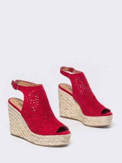 Красные босоножки из искусственной замши с перфорацией - 49677, фото 2 – интернет-магазин Dressa
