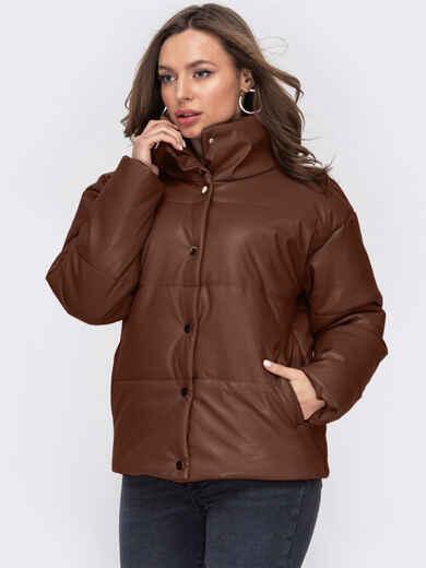 Коричневая демисезонная куртка из экокожи с воротником-стойкой 52990, фото 1