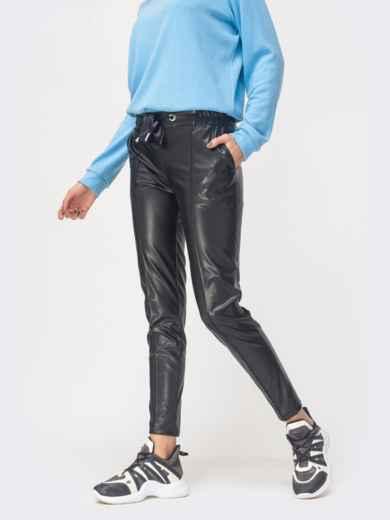 Брюки из эко-кожи с отстроченными стрелками чёрные - 42811, фото 2 – интернет-магазин Dressa