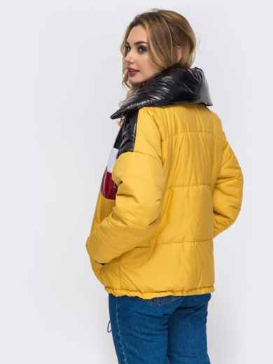 Дутая куртка с объемным воротником и контрастными вставками желтая - 42807, фото 4 – интернет-магазин Dressa
