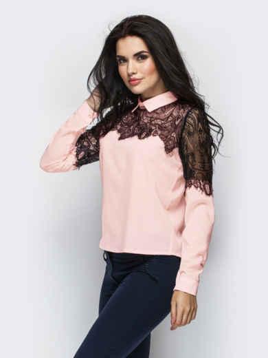Пудровая блузка прямого кроя с гипюровой кокеткой 13883, фото 2