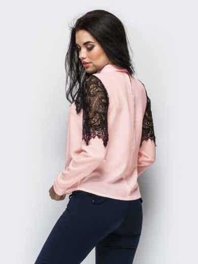 Пудровая блузка прямого кроя с гипюровой кокеткой 13883, фото 3