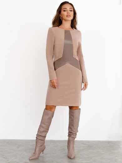 Бежевое платье приталенного кроя с фигурной вставкой из эко-кожи 52362, фото 1