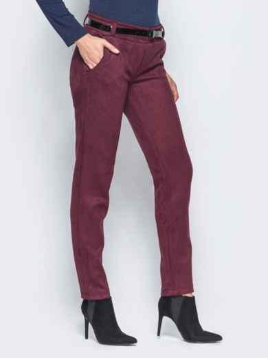 Бордовые замшевые брюки с кожаной отделкой на карманах - 15720, фото 2 – интернет-магазин Dressa