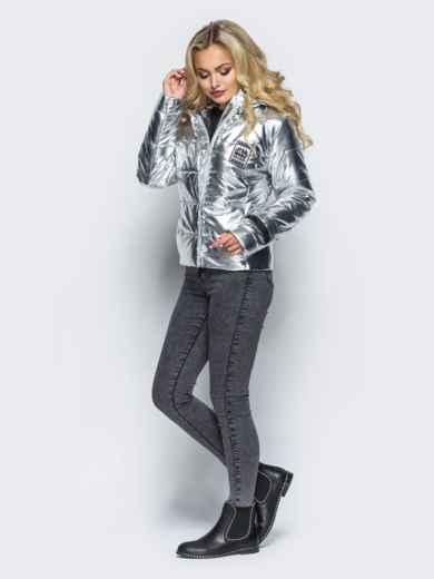 Куртка серебристого цвета со съемным капюшоном и карманами на молнии - 16685, фото 2 – интернет-магазин Dressa